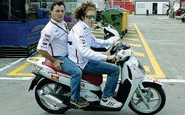 ??  ?? Amici Barcellona 2011, sul motorino di Marco Simoncelli c'è Fausto Gresini: un legame forte, durato troppo poco