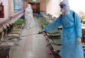 ?? (Foto ihsan HTAR) ?? Anggota bomba melakukan proses sanitasi di kompleks rawatan harian yang sebelum ini dijadikan wad sementara pesakit COVID-19 di Hospital Tengku Ampuan Rahimah (HTAR) Klang.