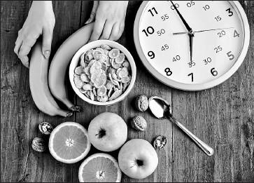 ??  ?? freepik • La rutina común de esta dieta es comer en una franja de ocho horas y luego ayunar.