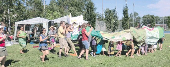 ?? PHOTOS (2) COURTESY OF THE NOTRE-DAME-DE-GRÂCE COMMUNITY COUNCIL ?? A 2013 summer event in the St-Raymond area of N.D.G., with kids performing their version of a dragon dance.