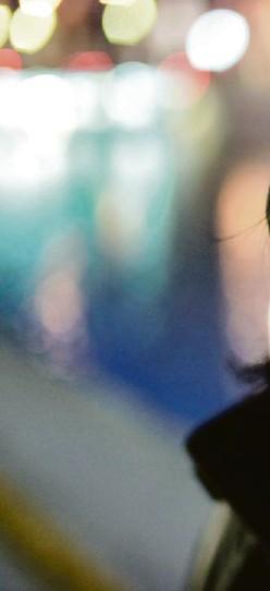 ??  ?? Valérie Rouzeau, en 2012, à Paris. La poète (elle n'aime pas le mot poétesse) a écrit des paroles pour le groupe Indochine.