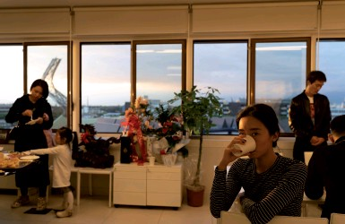 ??  ?? Da sapere Una delle immagini in mostra all'Officina giovani all'interno del progetto espositivo dell'artista cinese Ai Teng dal titolo «Vacanze pratesi» La mostra si inaugura alle 19 di venerdì. Info e orari sulla pagina Facebook del Festival Seta «Seta dialoghi sulla Cina Contemporanea»
