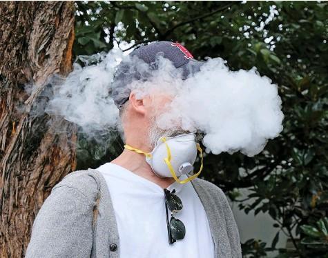 ?? Foto: Redux, Laif ?? Ist das Verdampfen von Nikotin wirklich weniger schädlich als das Rauchen? Juul muss die angeblichen Vorteile nun beweisen.