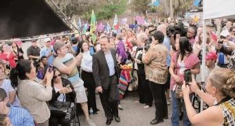 ?? / Dilia Castillo, Especial para La Prensa ?? El congresista Luis Gutiérrez fue recibido con entusiasmo.
