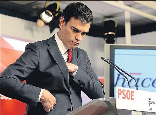 ??  ?? El líder del PSOE, Pedro Sánchez, expuso ayer en Ferraz su balance del año y las perspectivas para el año 2015