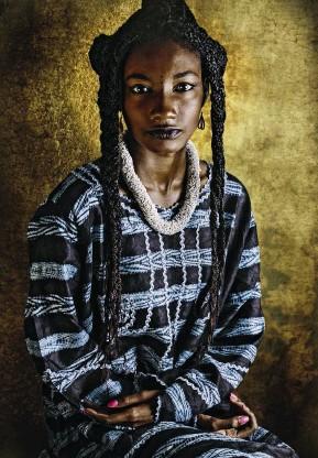 ??  ?? Selena Souadou ha 21 anni. Nata in Guinea, discende dalle tribù Fulani e Sarakolé. Ha vissuto in Senegal e Costa d'Avorio, e oggi studia Relazioni internazionali negli Stati Uniti. Il nome Souadou l'ha ereditato dalla nonna materna.