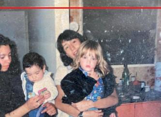 """??  ?? Postales familiares Arriba9 Lio está a upa de Lorena, una de sus tías maternas. A su lado, su primo hermano Nano con la tía ;aby. """"<engo los mejores recuerdos de mi infancia con la familia de mi mamá, Silvina"""", rememora. Al lado9 a los dos años y medio en el departamento de Almagro donde vivió hasta los = años."""