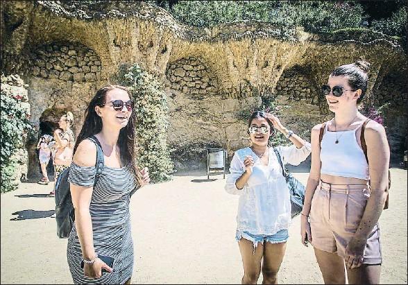 ?? LLIBERT TEIXIDÓ ?? Yasmin Kennedy, a la izquierda, junto a dos amigas este martes en el Park Güell