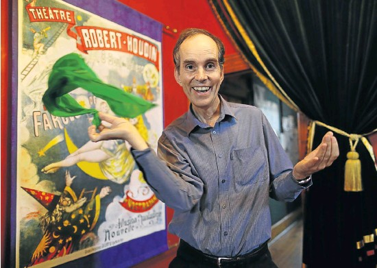 ?? Pictures: RUVAN BOSHOFF ?? SLEIGHT OF HAND: David Gore is the founder and director of the College of Magic, which opened its doors to the youth of Cape Town's disadvantaged areas 40 years ago