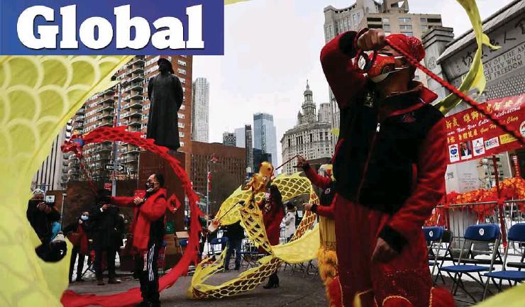 ??  ?? PERSEMBAHAN tarian tradisional Cina diadakan di Chinatown, New York City sempena sambutan tahun baharu. - AFP