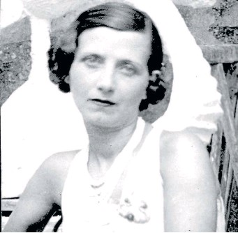 ??  ?? Germain Derbecq en el taller de su marido, Pablo Curatella Manes, en París, 1924.