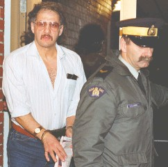 ?? ANDREW VAUGHAN / THE CANADIAN PRESS FILES ?? Allan Legere departs from court in Burton, N.B. on Nov. 2, 1991, as he waits for a verdict in his murder trial.