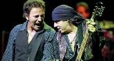 ??  ?? Con il Boss Little Steven in concerto con Springsteen