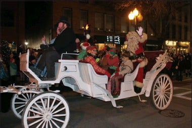 ?? LAUREN HALLIGAN - MEDIANEWS GROUP FILE ?? Santa Claus arrives by horse and carriage at the 2018Victorian Streetwalk in Saratoga Springs.