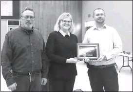 ?? Mona Weatherly ?? Veronica Schmidt, center, representing the Broken Bow Area Rotary, presents a plaque of appreciation to the city for the assistance the Rotary received in distributing food from the USDA for COVID relief. Accepting the plaque are Mayor Rod Sonnichsen, left, and City Administrator Dan Knoell.