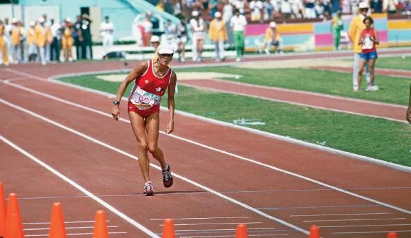?? Foto: Getty Images ?? Marathonläuferin Gabriela Andersen-Schiess auf den letzten Metern bei den Sommerspielen 1984 in Los Angeles.