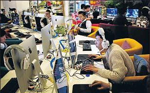 ?? HOW HWEE YOUNG / EFE ?? Jóvenes en un cibercafé de China, país que bloquea YouTube