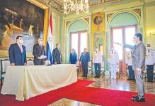 ??  ?? Carlos Pereira (d) juró ante el presidente de la República, Mario Abdo Benítez, y otras autoridades, en el Palacio de Gobierno.