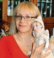 ??  ?? Monika Žilková s jednou ze svých panenek