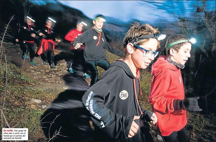 ?? De noche. GEMMA MIRALDA ?? Este grupo de niños sale a correr con el frontal por el camino del santuario de Queralt