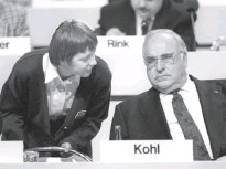 ?? MICHAEL JUNG/PICTURE-ALLIANCE/DPA/ASSOCIATED PRESS ?? Then-federal Minister of Women Merkel speaks to her mentor, Chancellor Helmut Kohl, at a party conference in 1991.