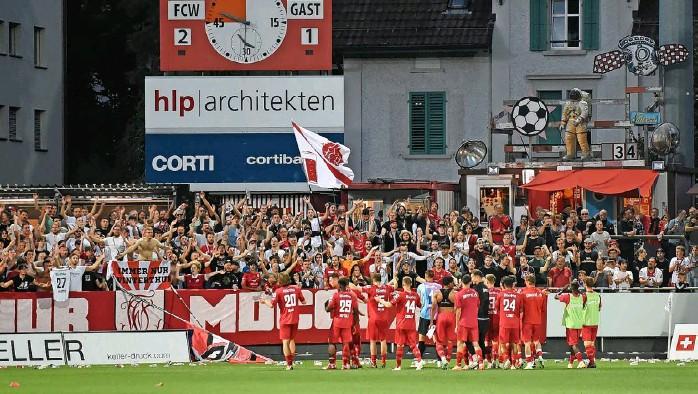 ?? Foto: Heinz Diener ?? Jubeln wie beim 2:1-Heimsieg vor zwei Wochen im Spitzenspiel gegen Xamax – das wäre der Winterthurer Plan fürs heutige Treffen mit dem FC Aarau.
