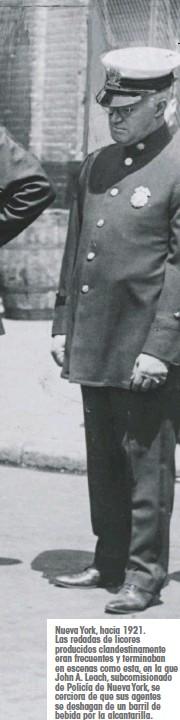 ??  ?? Nueva York, hacia 1921. Las redadas de licores producidos clandestinamente eran frecuentes y terminaban en escenas como esta, en la que John A. Leach, subcomisionado de Policía de Nueva York, se cerciora de que sus agentes se deshagan de un barril de bebida por la alcantarilla.