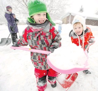 ?? DARREN BROWN/OTTAWA CITIZEN ?? Kian Farhoumand-Sims, left, and Cameron Simpson help to shovel a driveway on Chattaway Ave. Children are urged to do something for someone else for Kindness Week.