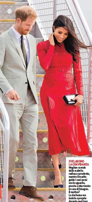 ??  ?? SVELARONO LA GRAVIDANZA Meghan scende dalla scaletta radiosa e prudente, mentre il marito guida i suoi passi con lo sguardo, pronto a intervenire in caso di bisogno. Il motivo? La duchessa era incinta e proprio durante quel tour fu annunciata la gravidanza.