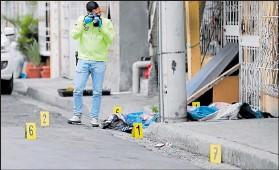 ??  ?? Junto al cadáver quedaron varios indicios balísticos que fueron levantados por policías.
