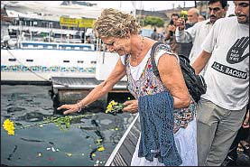 ?? LUIS TATO ?? Flores en recuerdos de las víctimas del Mediterráneo