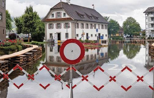 ??  ?? In der Nidwaldner Gemeinde Stansstad muss die Bevölkerung über Planken durchs Dorf. 20MIN/MICHAEL SCHERRER