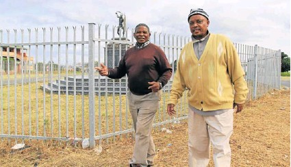 ?? Picture: SINO MAJANGAZA ?? SURVIVORS: Ntsikelelo Sokobi, left, and Mzimkhulu Morgan reminisce about the old days as they walk past the memorial that commemorates the fallen Duncan Village residents who died during a massacre in August 1985