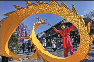 ?? WANG JILIN / FOR CHINA DAILY ?? A performer showcases her skills in playing dragon-shaped kongzhu, a traditiona­l Chinese yo-yo, in Qingzhou, a well-preserved ancient city in Shandong province, on Tuesday.