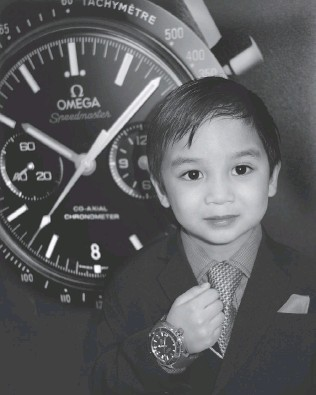??  ?? While others Omega Boutique guests made merry, Matteo Escoto, 4, hoped that a $ 7,900 Seamaster Planet Ocean Liquidmetal Titanium wristwatch might be in his Christmas stocking.