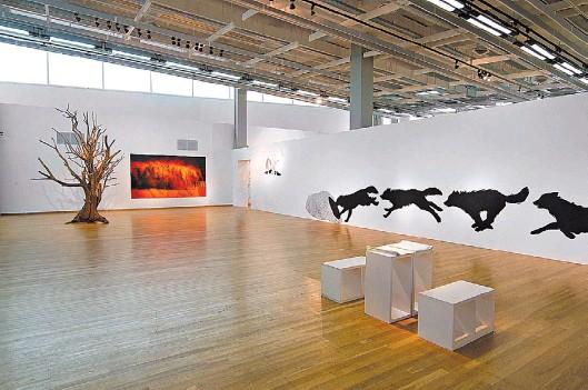 """??  ?? En la Sala PAyS, """"El fin, el principio"""", de Magdalena Jitrik; una foto de Daniel Valansi y """"Acontecimientos simultáneos (III acto)"""",carbonilla de Viviana Blanco."""
