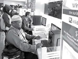 ?? DITE SURENDRA/JAWA POS ?? BUTUH KEPASTIAN : Warga sedang mengajukan permohoan perizinan di UPTSA Siola.