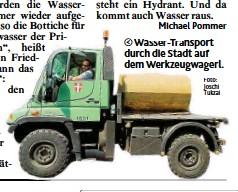 ?? Foto: Joschi Tukzai ?? Wasser- Transport durch die Stadt auf dem Werkzeugwagerl.