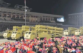 ??  ?? Parte del desfile militar desarrollado en la capital norcoreana, tras la asamblea oficial. (EFE)