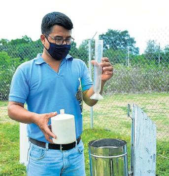 ?? FOTO: EL DIARIO ?? Carlos Mina, técnico del Inamhi, cada día toma muestras de las lluvias.