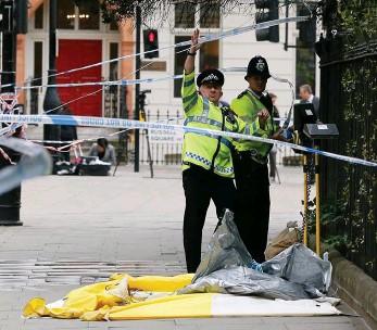 ?? Bild: FRANK AUGSTEIN ?? En amerikansk kvinna dödades och fem personer från Spanien, Israel, Australien och Storbritannien skadades när den 19-årige norrmannen gick till attack med kniv.