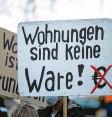 ?? Foto: dpa ?? In Berlin und Hamburg gab es Proteste gegen das Karlsruher Urteil zum Mieten‰ deckel.
