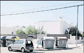 ?? XAVI JURIO ?? Los contenedores de basura son uno de los focos de la plaga en Mas Mel