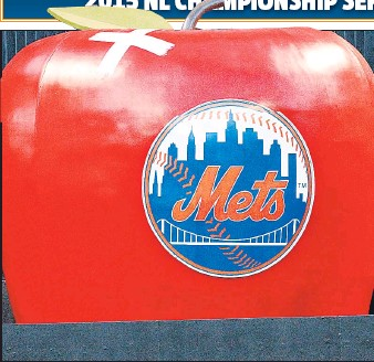 ?? N.Y. Post: Charles Wenzelberg ?? X MARKS THE SPOT: The Mets placed a bandage on the apple Travis d'Arnaud hit with his solo home run in the Mets' 4-2 win in Game 1 on Saturday night.