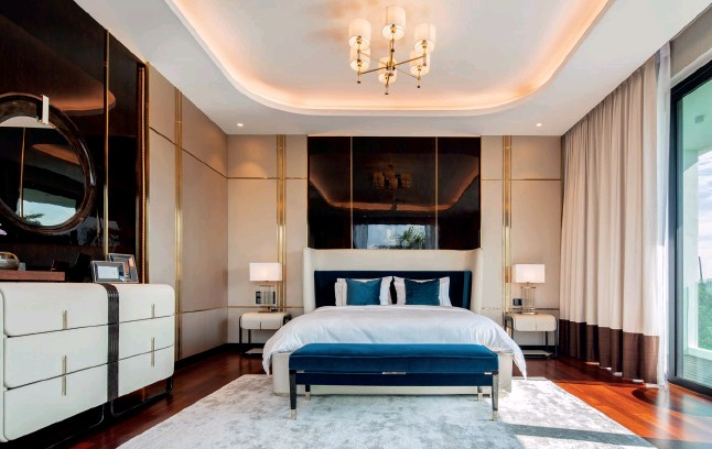 ??  ?? This page: The master bedroom was furnished exclusively with Turri pieces