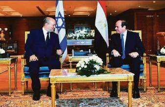 ?? Office of Egyptian Presidency ?? Israeli Prime Minister Naftali Bennett (left) meets Egyptian President Abdel Fattah el-Sissi in the Red Sea resort of Sharm el-Sheikh, Egypt, in the first visit by an Israeli premier since 2010.