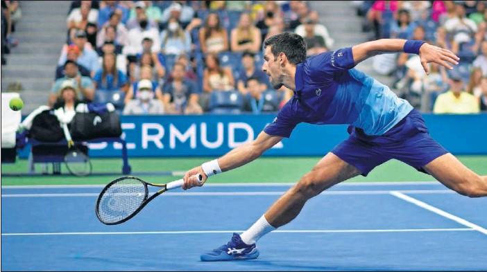 ??  ?? Novak Djokovic se estira para alcanzar una bola durante su partido contra el estadounidense Jenson Brooksby en los octavos de final de US Open.
