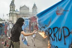 ?? AFP ?? En la capital quemaron fotos de la fiscal general Consuelo Porras