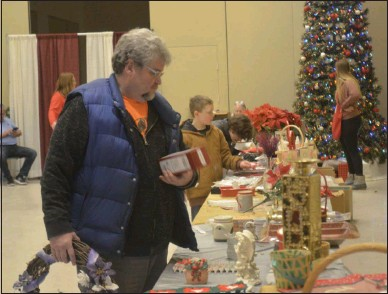 ?? LAUREN HALLIGAN - MEDIANEWS GROUP FILE PHOTO ?? An eventgoer shops in the Holiday Shoppe at the 24th annual Saratoga Festival of Trees in 2019.
