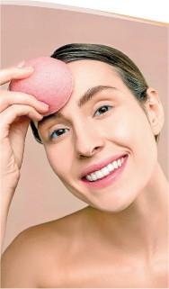 ??  ?? Dormir sin retirarse el maquillaje es perjudicial para la piel.